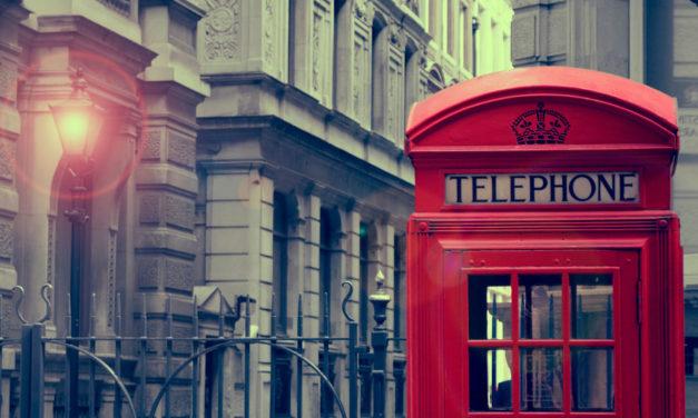 Inglês: One the telefephone (Por telefone)